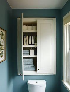 Шкафчик с дверцами над унитазом