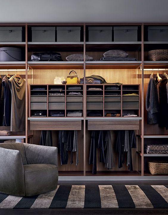 Огромный встроенный шкаф