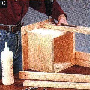 Прикрепите ножки попарно при помощи клея и шурупов, прикрывая видимые соединения ящика