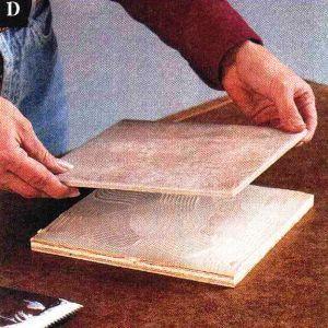 Нанесите ровный слой клея для керамической плитки на основу и прикрепите плитку