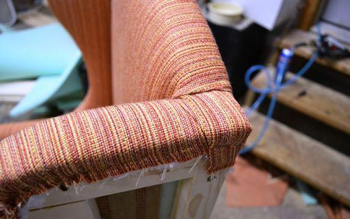Загиб ткани на углах спинки кресла