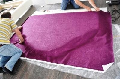 Укладываем ткань на поролон